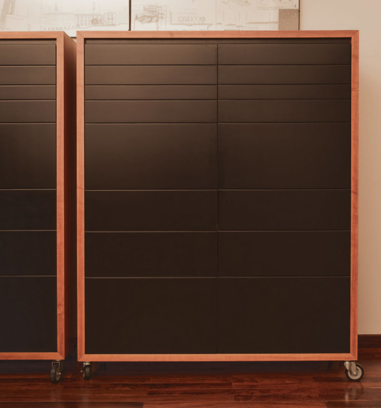 ARMADIO SU RUOTE - esterni e interni in ciliegio naturale - ante in legno laccato nero opaco - ripiani spostabili e cassetti interni in legno laccato nero opaco