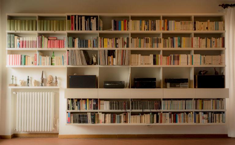Libreria sospesa. Disegno di elementi di arredo su misura Firenze Toscana